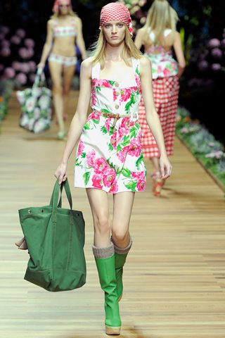 Muestra del estampado floral en la coleccin con aire campestre chic de D&amp;G ss 2011.
