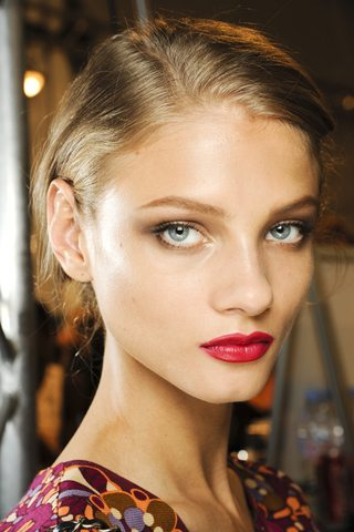 Maquillaje con labios rojos y rostro natural