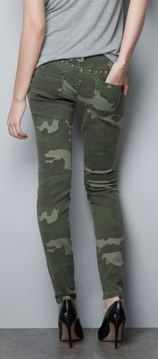 pantaln-con-estampado-de-camuflaje-y-tachuelas-marca-Zara