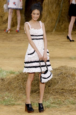 Estilo campestre romntico de Chanel con vestido tejido