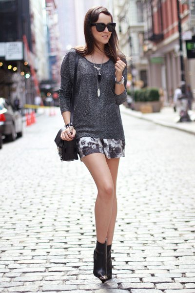 Blogger con un look que rechaza uno de los mitos de moda de los shorts